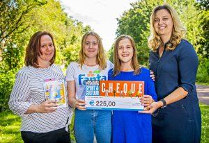 Wethouder Harriët Westerdijk geeft Nina, Eryn en hun moeder Isabel een cheque van het Jeugdfonds Sport & Cultuur. (foto: Frank de Roo)