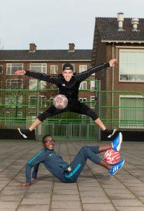 Freestyle voetballer Nasser El Jackson, ambassadeur van het Jeugdfonds Sport & Cultuur samen met Ebenezer.